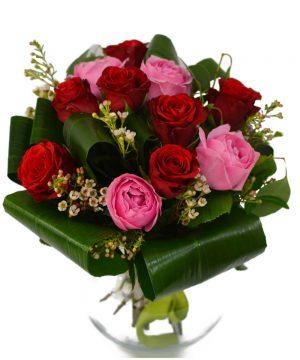 Buchet cu trandafiri în roz și roșu