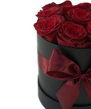 Cutie elegantă cu 13 trandafiri roșii