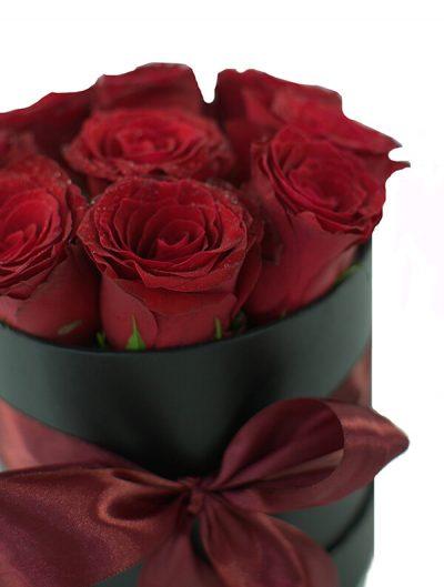 Aranjament romantic în cutie cu 11 trandafiri roșii
