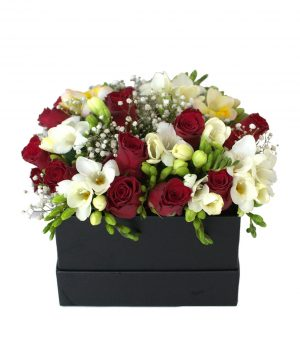 Aranjament elegant cu frezii și trandafiri