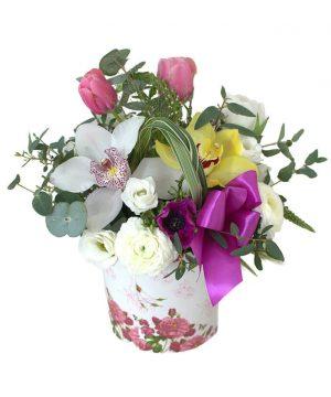Aranjament cu lalele și orhidee