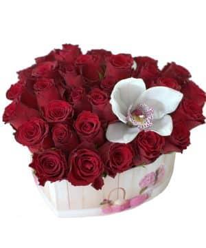 Aranjament în formă de inimă cu trandafiri roșii