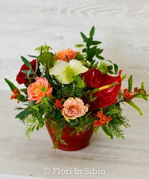 Aranjament cu anthurium și trandafiri