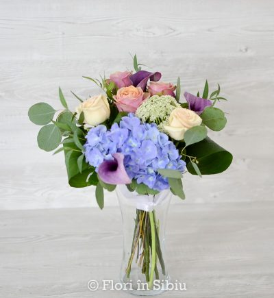 Buchet cu 3 trandafiri roz, 2 trandafiri crem, 1 hortensie albastra, 3 calla mov