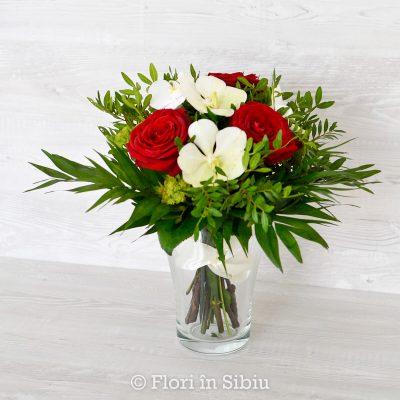 Buchet cu trandafiri rosii și orhidee vanda