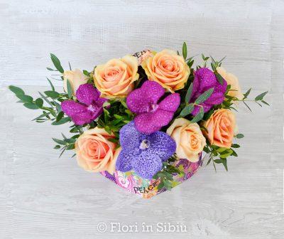 Aranjament floral cu orhidee si trandafiri