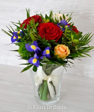Buchet cu iris și trandafiri