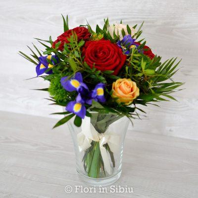 Buchet cu iris si trandafiri